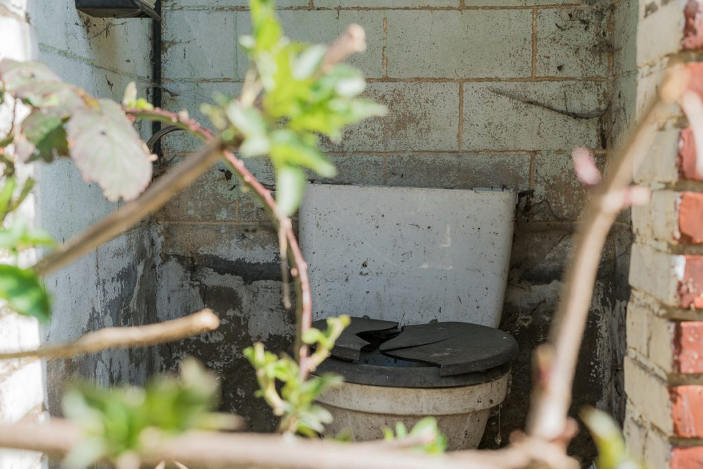 Broken toilet in Doel spookstad